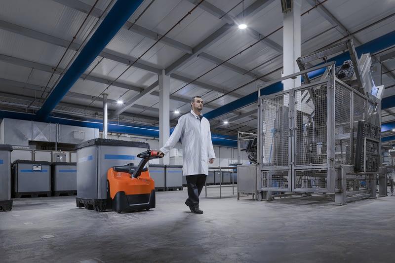 Elektrický vozí BT Levio s obsluhou ve skladišti.