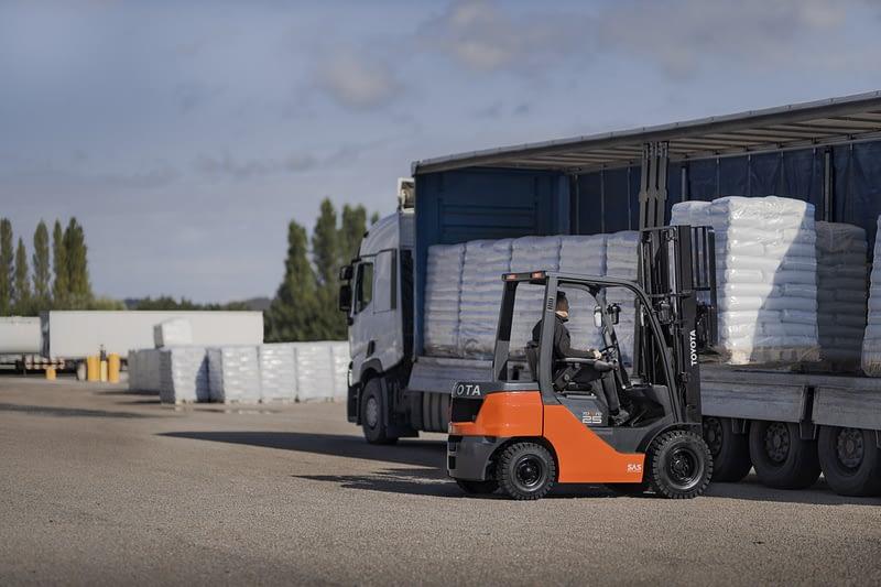 Čelní vozík Tonero nakládá nákladní vozidlo