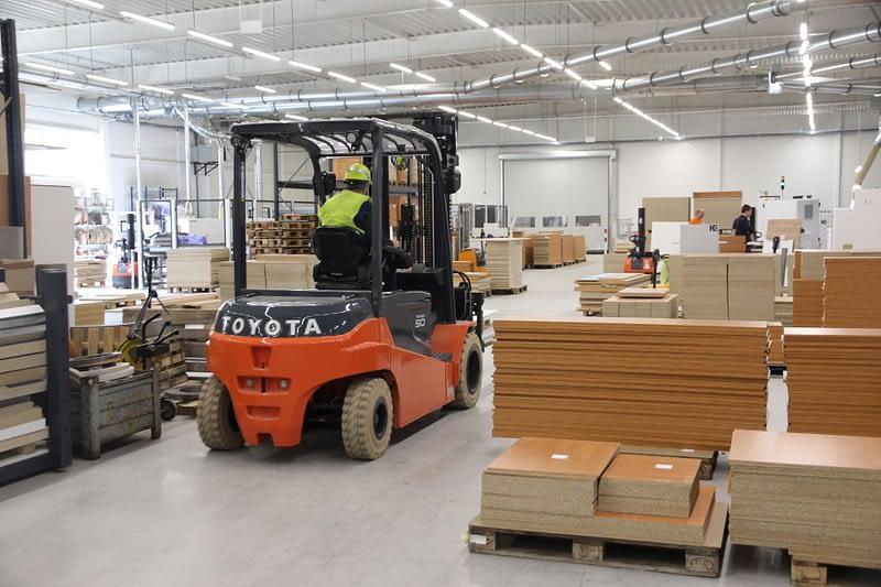 Čelní vozík Toyota ve skladišti PROFIL NÁBYTEK